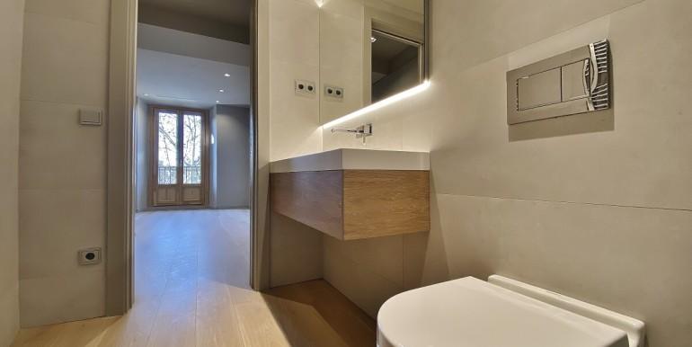 oportunidad-en-las-ramblas-de-barcelona-pack-de-tres-pisos-en-venta-bano-2