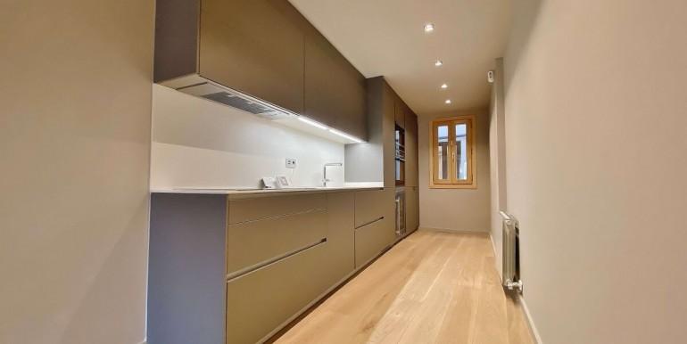 oportunidad-en-las-ramblas-de-barcelona-pack-de-tres-pisos-en-venta-cocina-1