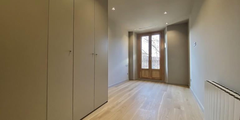 oportunidad-en-las-ramblas-de-barcelona-pack-de-tres-pisos-en-venta-habitacion-1