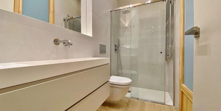 extraordinario-piso-en-venta-de-dos-habitaciones-junto-el-mercat-de-la-boqueria-bano-1