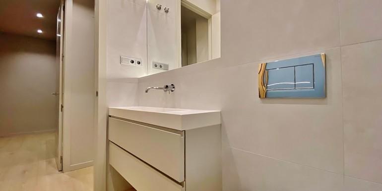 extraordinario-piso-en-venta-de-dos-habitaciones-junto-el-mercat-de-la-boqueria-bano-2