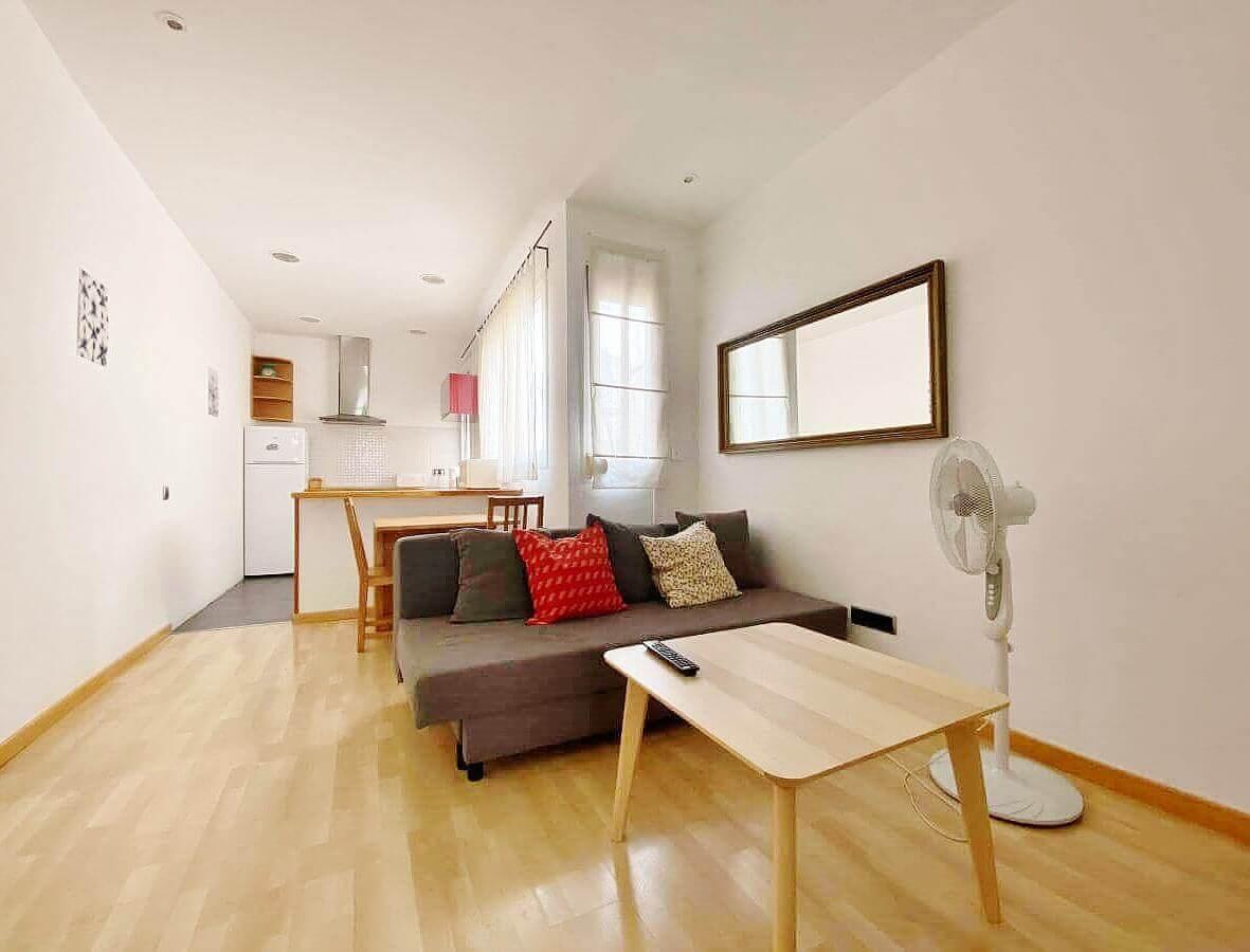 Acogedor piso en venta con licencia turistica junto el Mercat de Collblanc