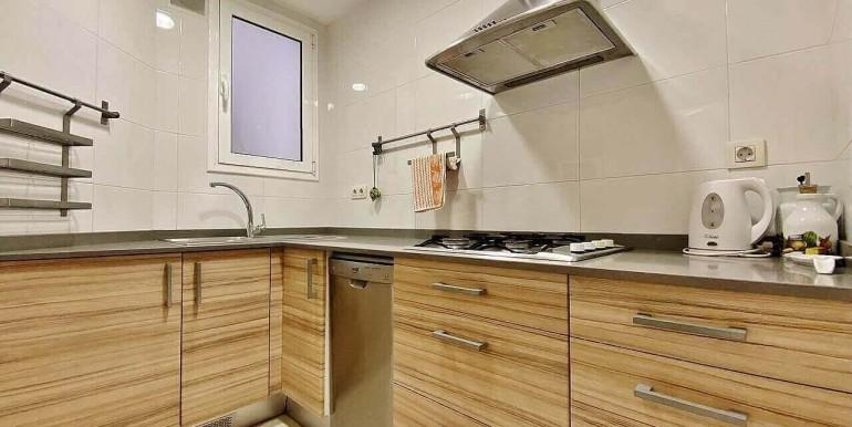 increible-piso-en-venta-con-cuatro-habitaciones-y-licencia-turistica-junto-placa-espanya-cocina-2