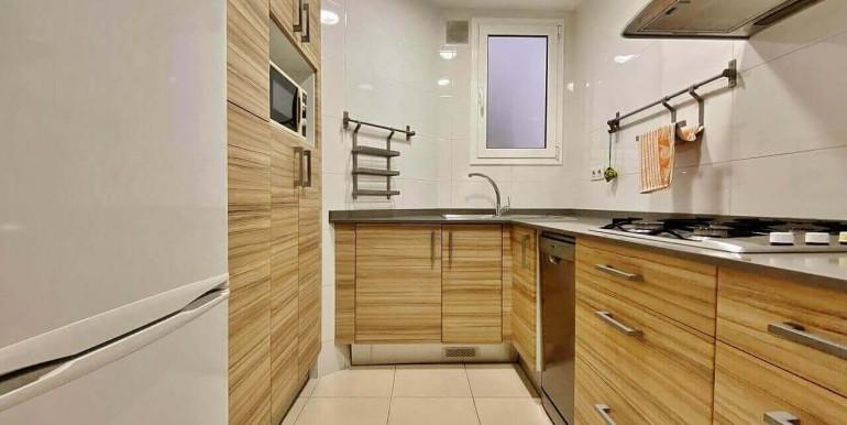 increible-piso-en-venta-con-cuatro-habitaciones-y-licencia-turistica-junto-placa-espanya-cocina-3