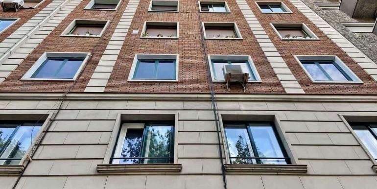 increible-piso-en-venta-con-cuatro-habitaciones-y-licencia-turistica-junto-placa-espanya-fachada-1