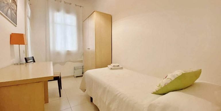 increible-piso-en-venta-con-cuatro-habitaciones-y-licencia-turistica-junto-placa-espanya-habitacion-10