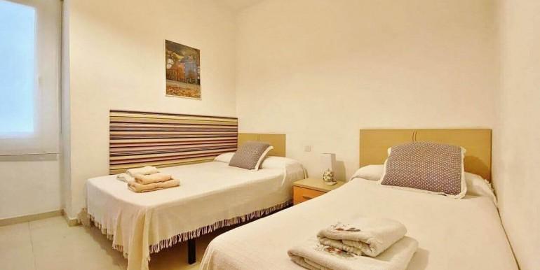 increible-piso-en-venta-con-cuatro-habitaciones-y-licencia-turistica-junto-placa-espanya-habitacion-11