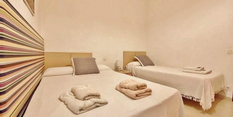 increible-piso-en-venta-con-cuatro-habitaciones-y-licencia-turistica-junto-placa-espanya-habitacion-12