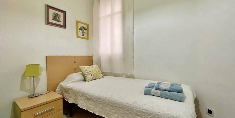 increible-piso-en-venta-con-cuatro-habitaciones-y-licencia-turistica-junto-placa-espanya-habitacion-8