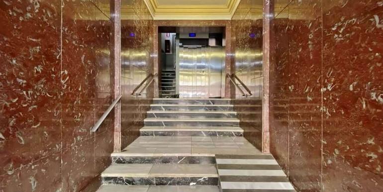 increible-piso-en-venta-con-cuatro-habitaciones-y-licencia-turistica-junto-placa-espanya-vestibulo-1